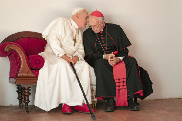 """Anthony Hopkins portrays retired Pope Benedict XVI and Jonathan Pryce portrays Pope Francis in a scene from the movie """"The Two Popes."""""""